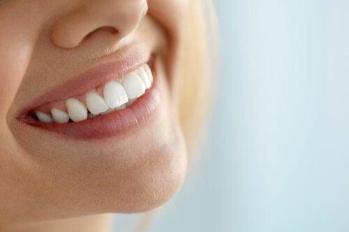 5 métodos naturales para blanquear los dientes
