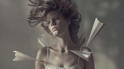 mujer-con-aviones-de-papel-en-el-cuerpo