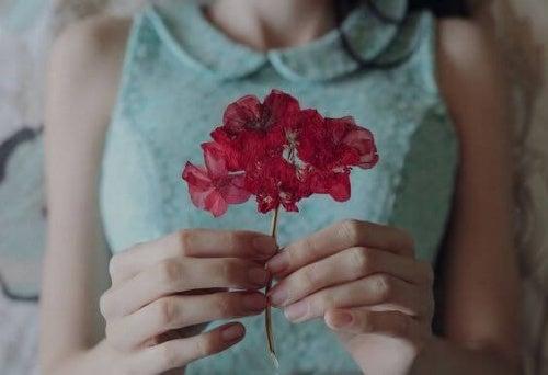 Mujer con una flor rosa
