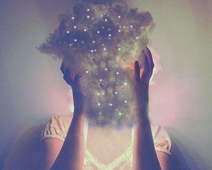 mujer-con-nube-en-la-cabeza representando a las personas que agotan