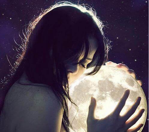 mujer-manos-luna