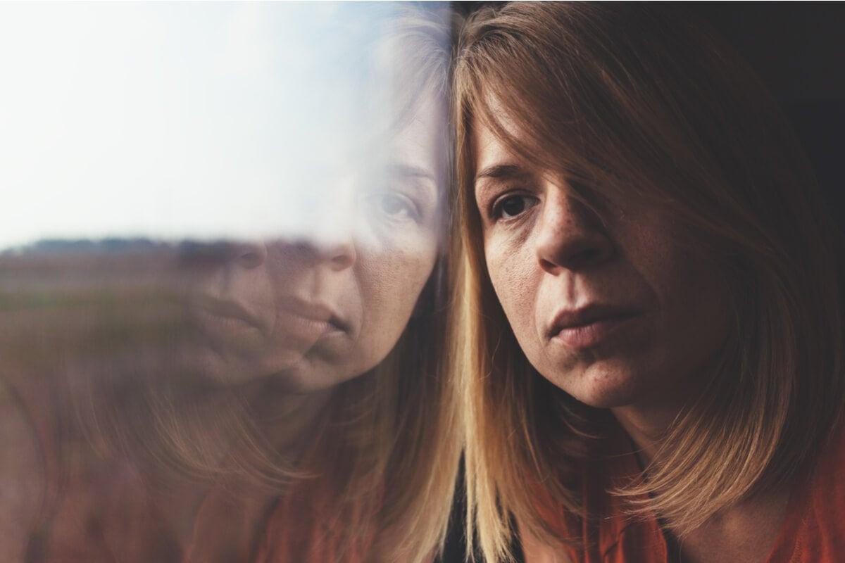 Mujer sintiendo culpa por depresión encubierta