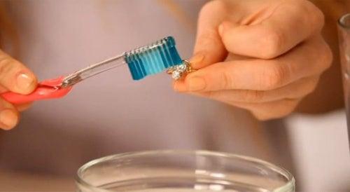 Pasta de dientes para limpiar la plata