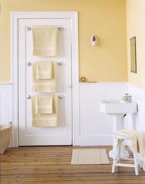 Perchas y toalleros en la puerta