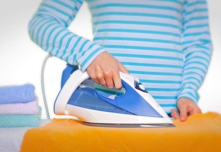 ¿Cómo limpiar la plancha de la ropa cuando se pega?