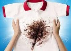 Manchas de chocolate en la ropa