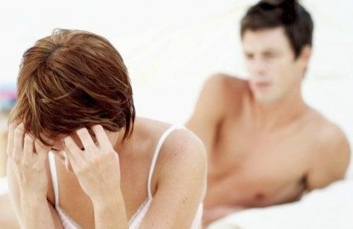 Mujer con dolor durante las relaciones sexuales.