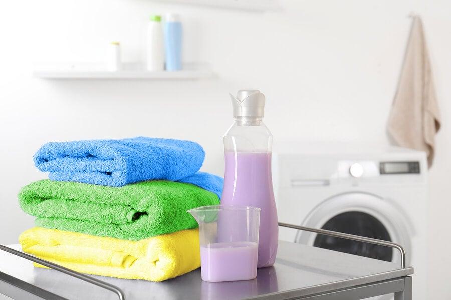 Suavizante natural con toallas y lavadora.