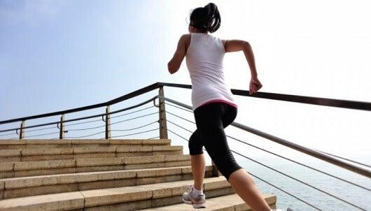 Subir escaleras para eliminar la grasa abdominal