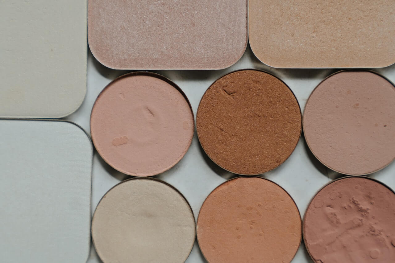 Maquillaje con corrector de color en tono natural.