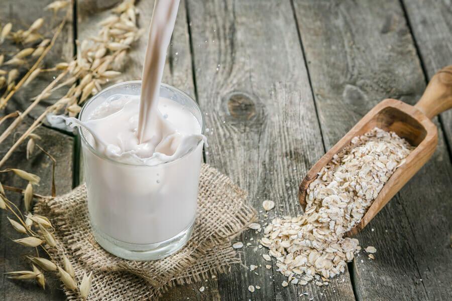 La leche de avena es perfecta para preparar batidos adelgazantes.