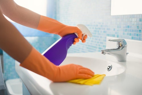 Limpiar el lavamanos
