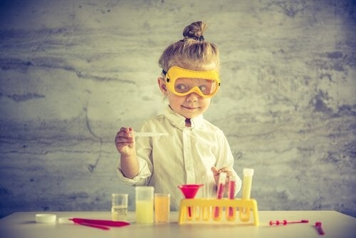 Niña-vestida-de-científica-jugando