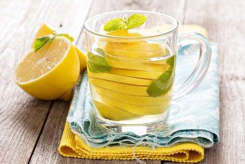 Toma agua tibia con limón el estreñimiento