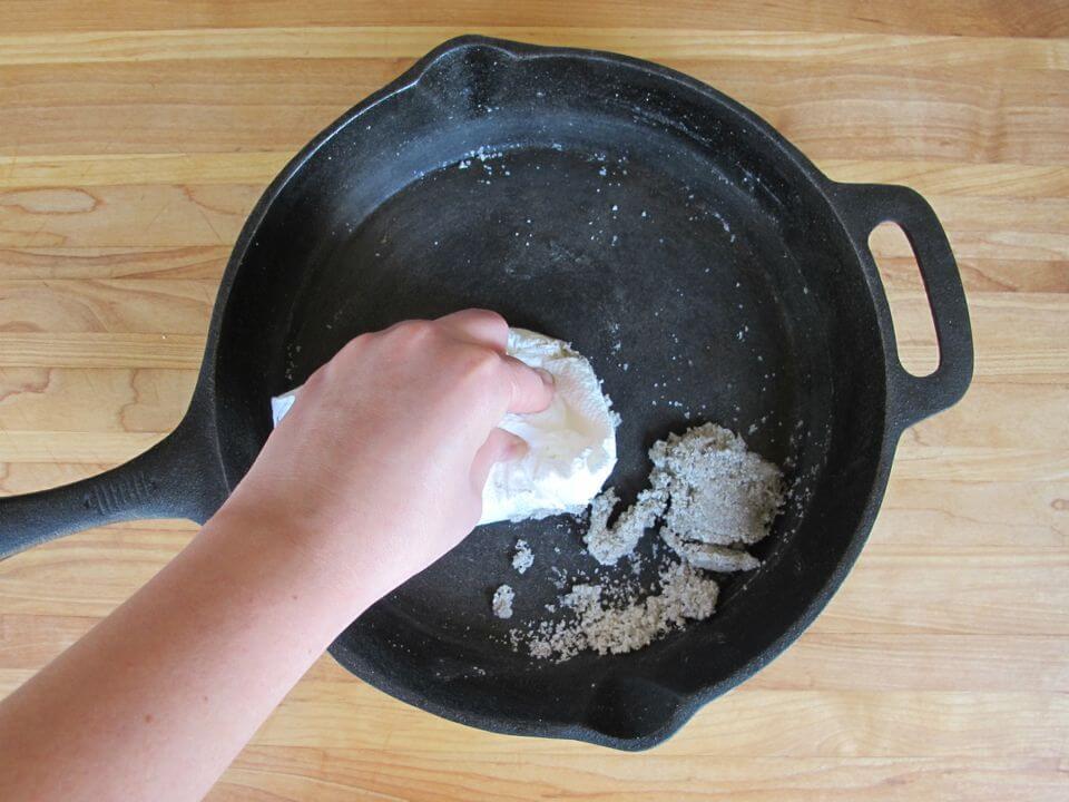 limpiador ecológico con cáscaras de papa y sal