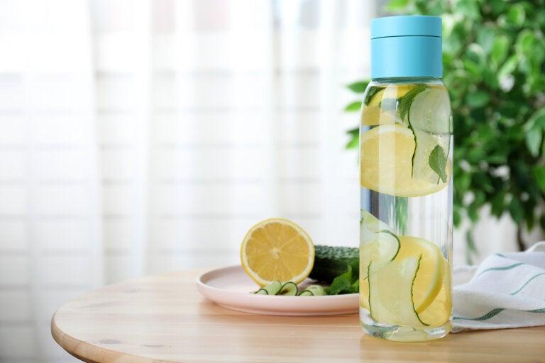Razones por las que deberías beber agua con pepino y limón