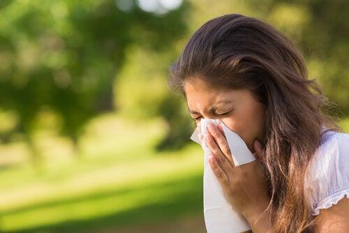 Mujer con alergia al polen