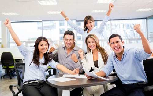 Compañeros en la oficina de buen humor gracias al sexo mañanero