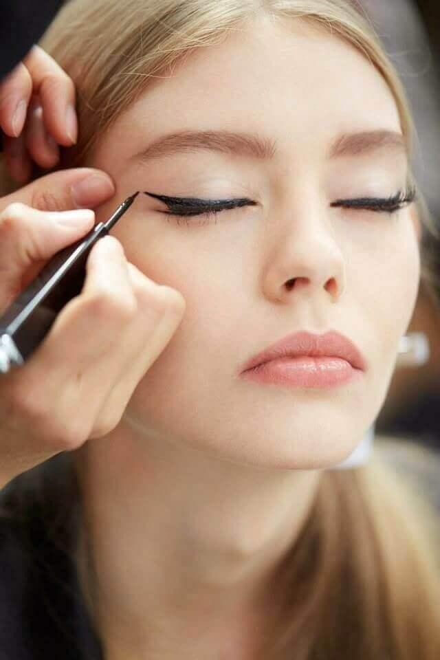 Chica con maquillaje cat eye clásico.