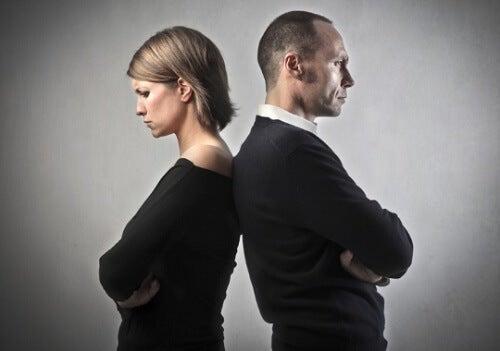 Pareja de espaldas: matrimonio ya no tiene solución