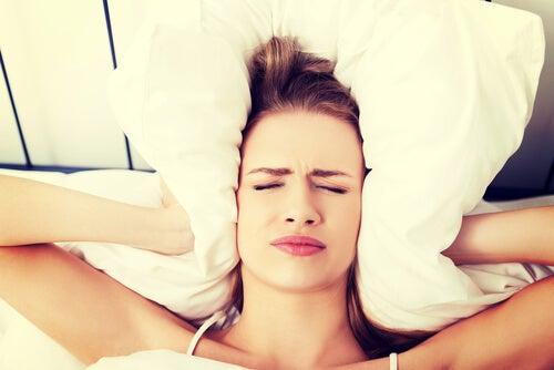 dolor de cabeza arriba de los ojos y nauseas