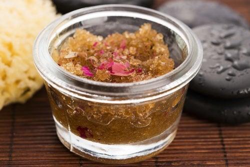 Exfoliante natural de azúcar para consentir tu piel en casa