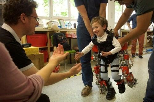 Este exoesqueleto podría permitir que los niños parapléjicos caminen de nuevo