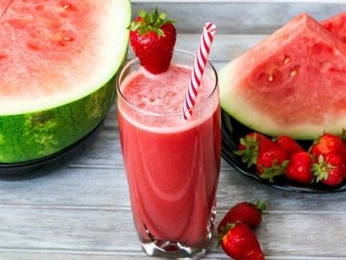 Podemos tomar licuados de fresa y sandía para estimular la producción de colágeno.