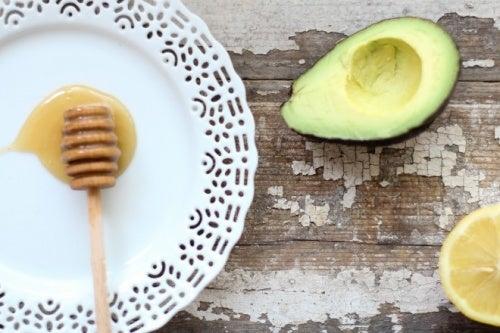 El jugo de aguacate, miel y limón beneficia a nuestra salud en general.