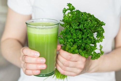 Elimina el mal olor bucal y corporal tomando este jugo natural