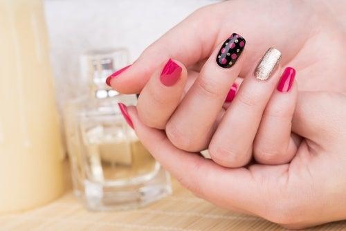 Las reacciones alérgicas están a la orden del día cuando nos ponemos estas uñas. Todo es debido a los ingredientes plásticos y tóxicos que llevan en su