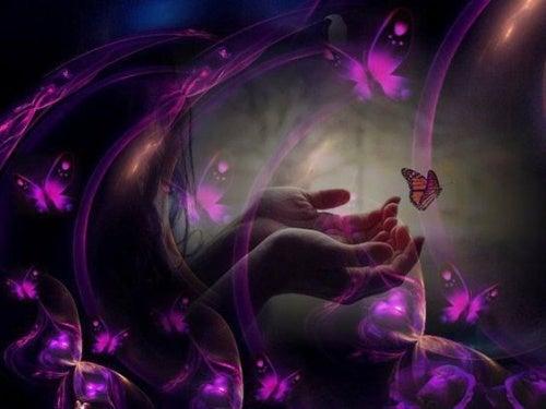 mano con mariposas