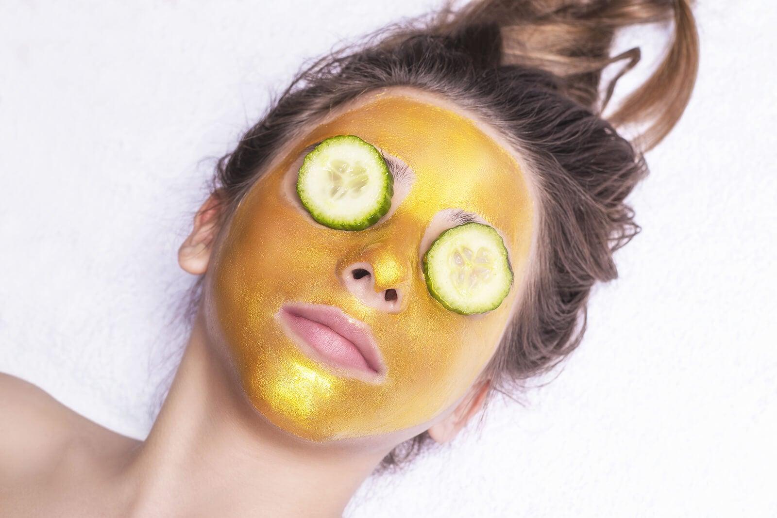 Mascarilla facial dorada