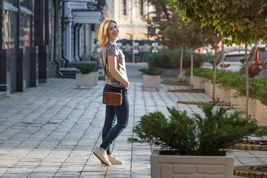 Mujer caminando en la calle.