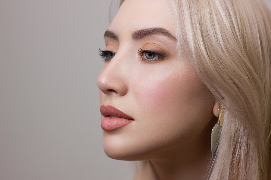 Mujer con maquillaje en tonos nude.