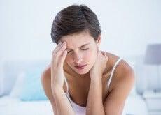 mujer con migraña