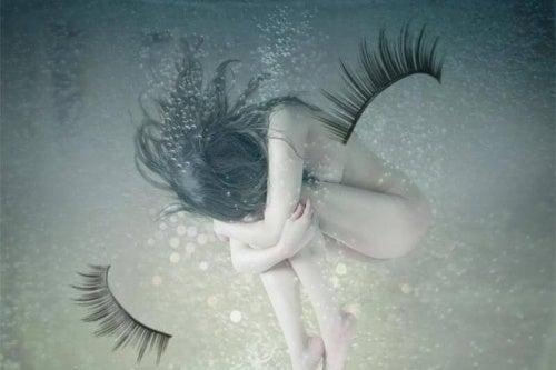 mujer-sin-ropa-debajo-del-agua
