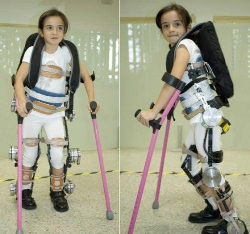 niño con exoesqueleto