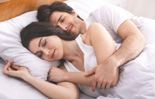 Las 4 mejores posiciones para dormir con tu pareja