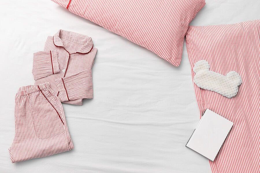 Pijama y antifaz para dormir.