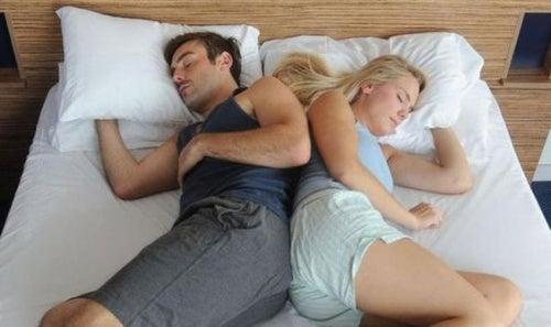 posicion-dormir-de-espaldas-tocandose-en-pareja