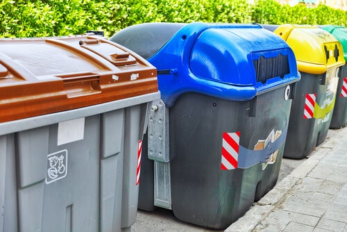 Contenedores para separar las basuras.