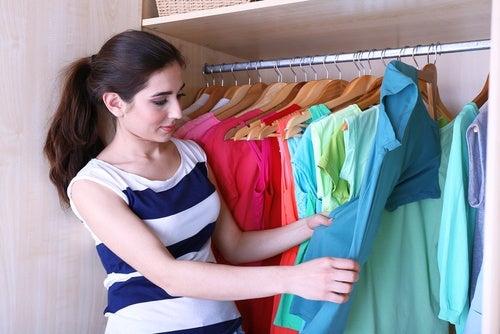 5 trucos para doblar la ropa y tener más espacio en tu armario