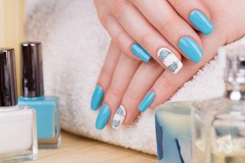¿Cuáles son los peligros de usar uñas acrílicas?