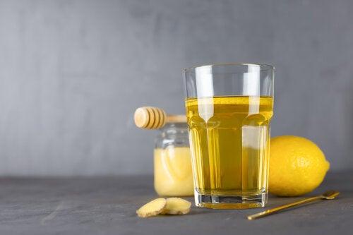 Agua tibia con miel: 5 razones por las que deberías tomarla
