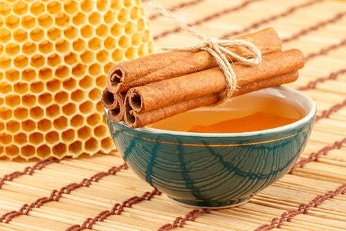 Bebida de canela y miel de abejas para el vientre