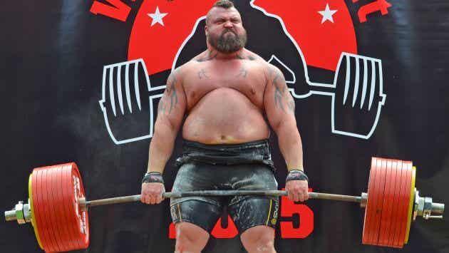 Un hombre logra levantar por primera vez 500 kilos y cae desmayado
