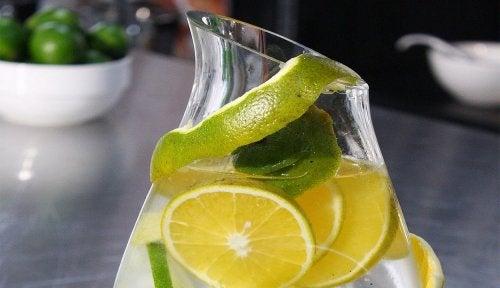 el agua con limon es buena para los riñones