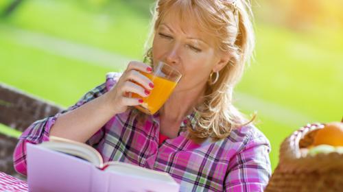 Mujer bebiendo jugo