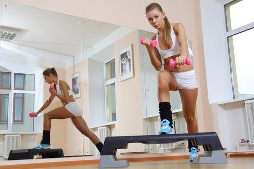 Ejercicios de steps para tonificar las piernas